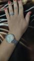 Часы женские оттенка серебра.