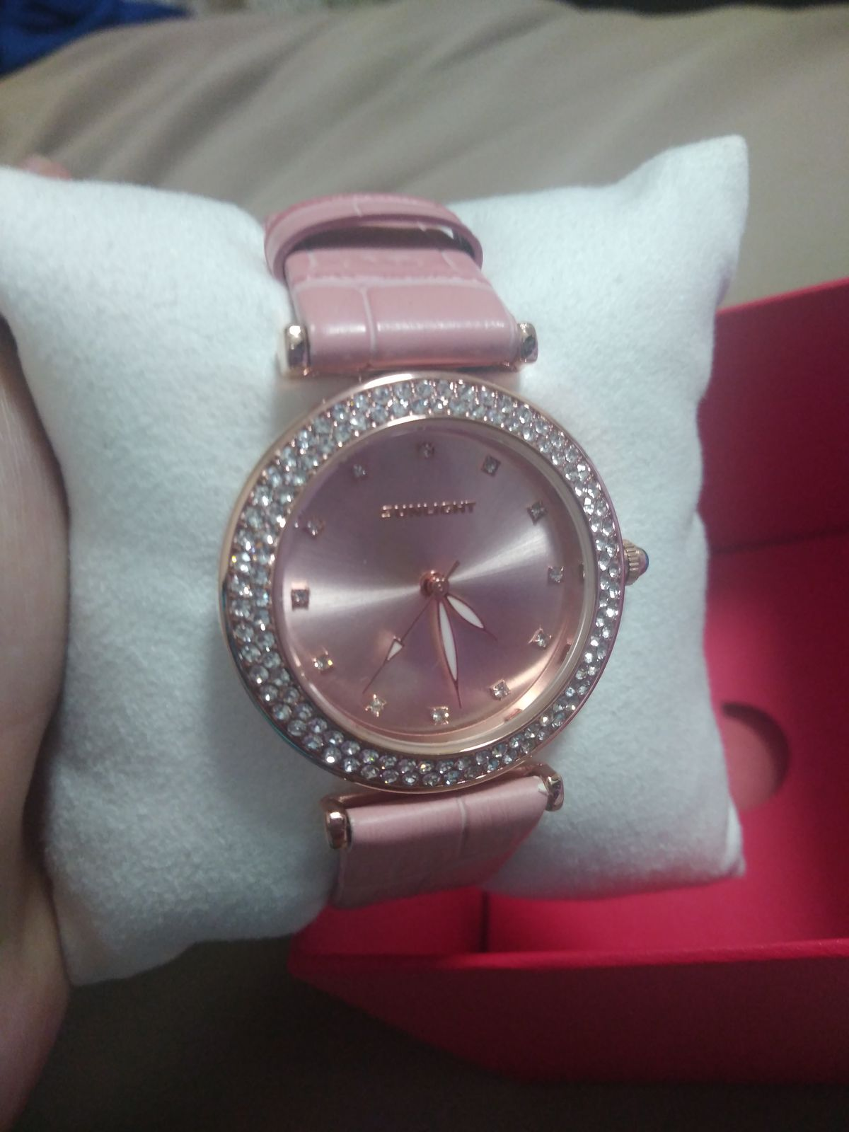 Побыла в магазине, чтобы приобрести часы для себя.