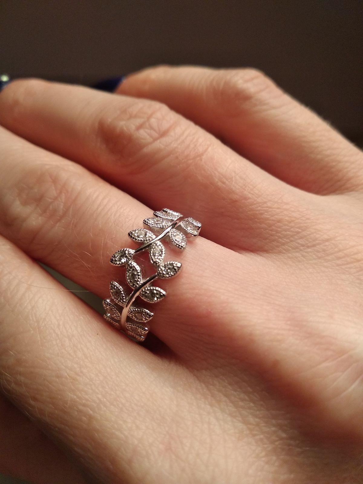 Нежное кольцо с листочками