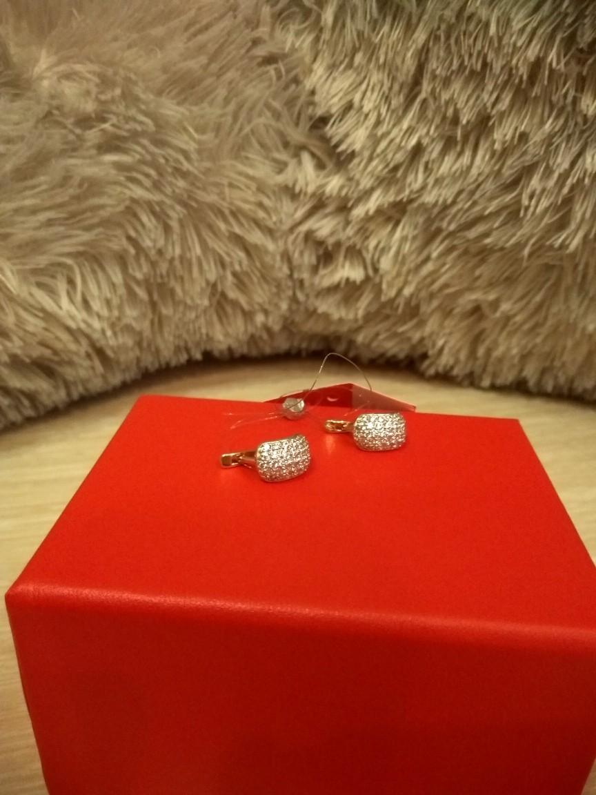 Элегантные  милые  сверкающие серьги,  приобрели на день рождения в подарок