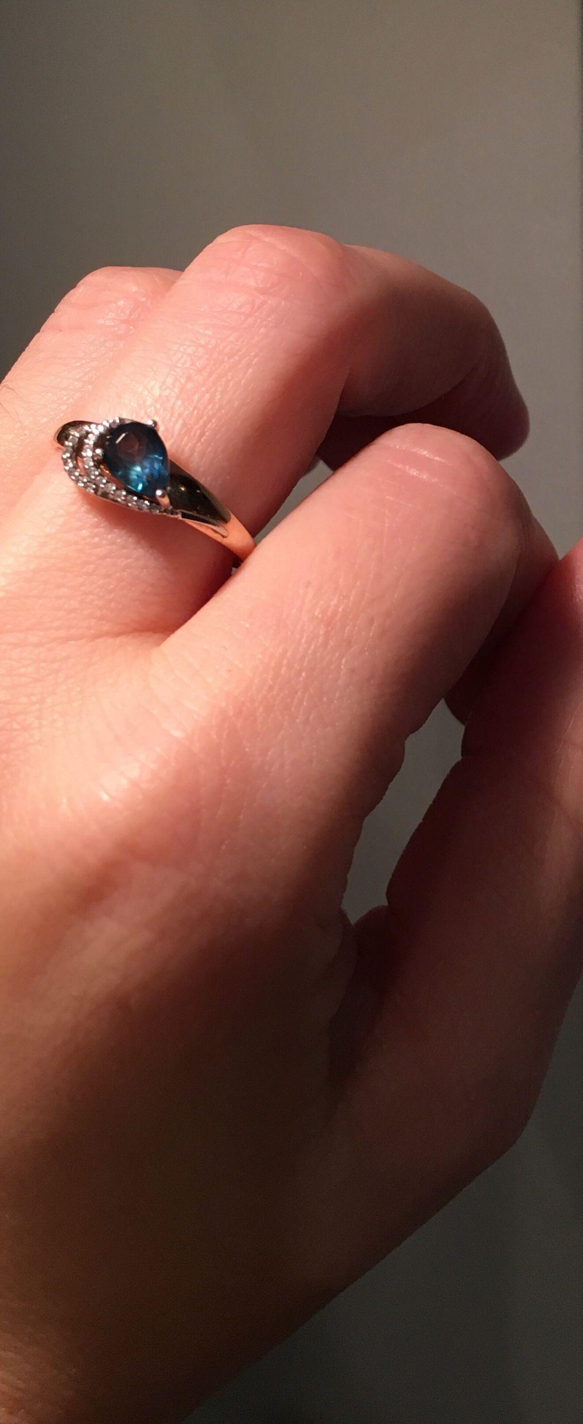 Золотое кольцо с топазом и фианитами !