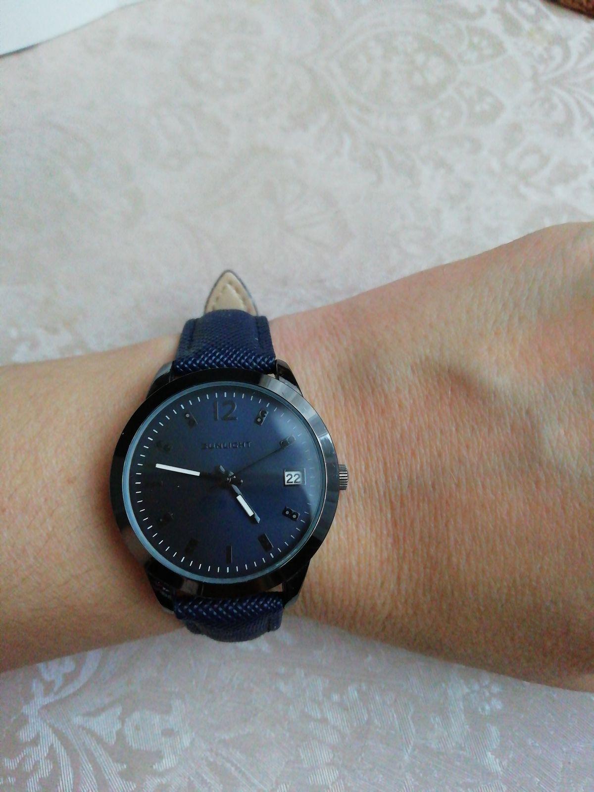 Часы женские синего цвета.
