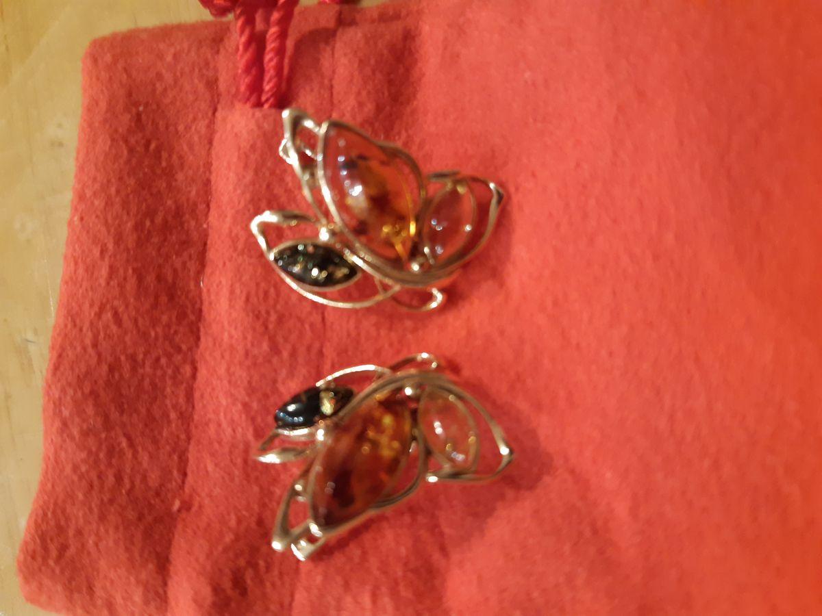 Сережки с янтарем.