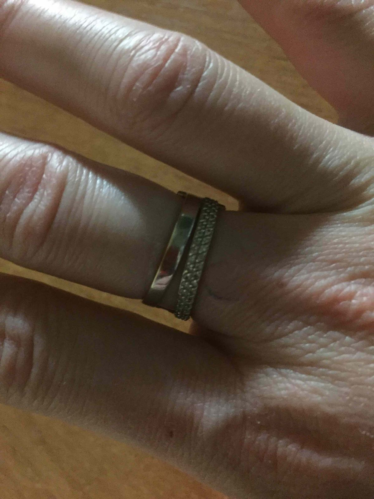 Кольцо смотрится богато