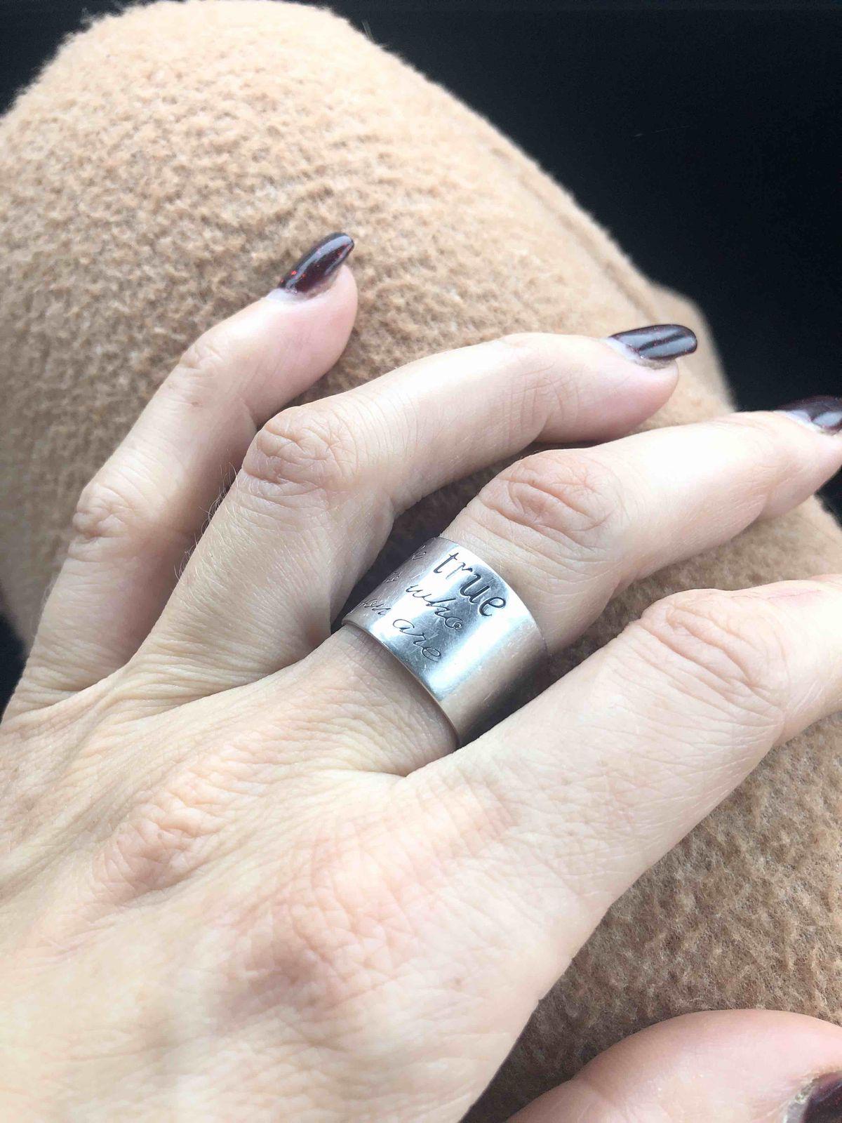 Очень красивое кольцо, прекрасно смотрится на руке, очень удобное