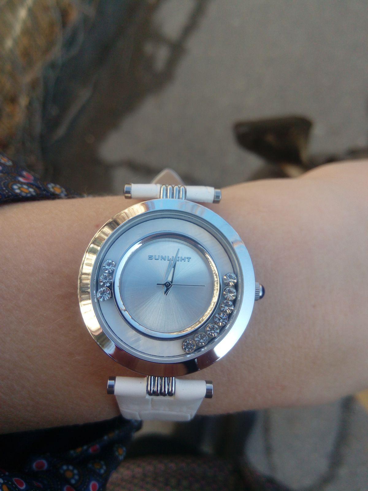 Часы белые на кожаном ремешке