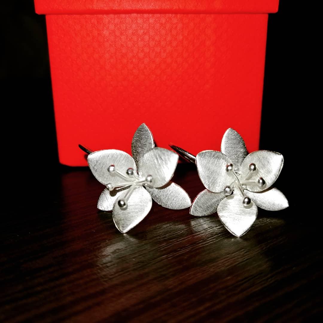 Серьги серебро 925 пробы, в форме цветка, без застежка, очень красивые