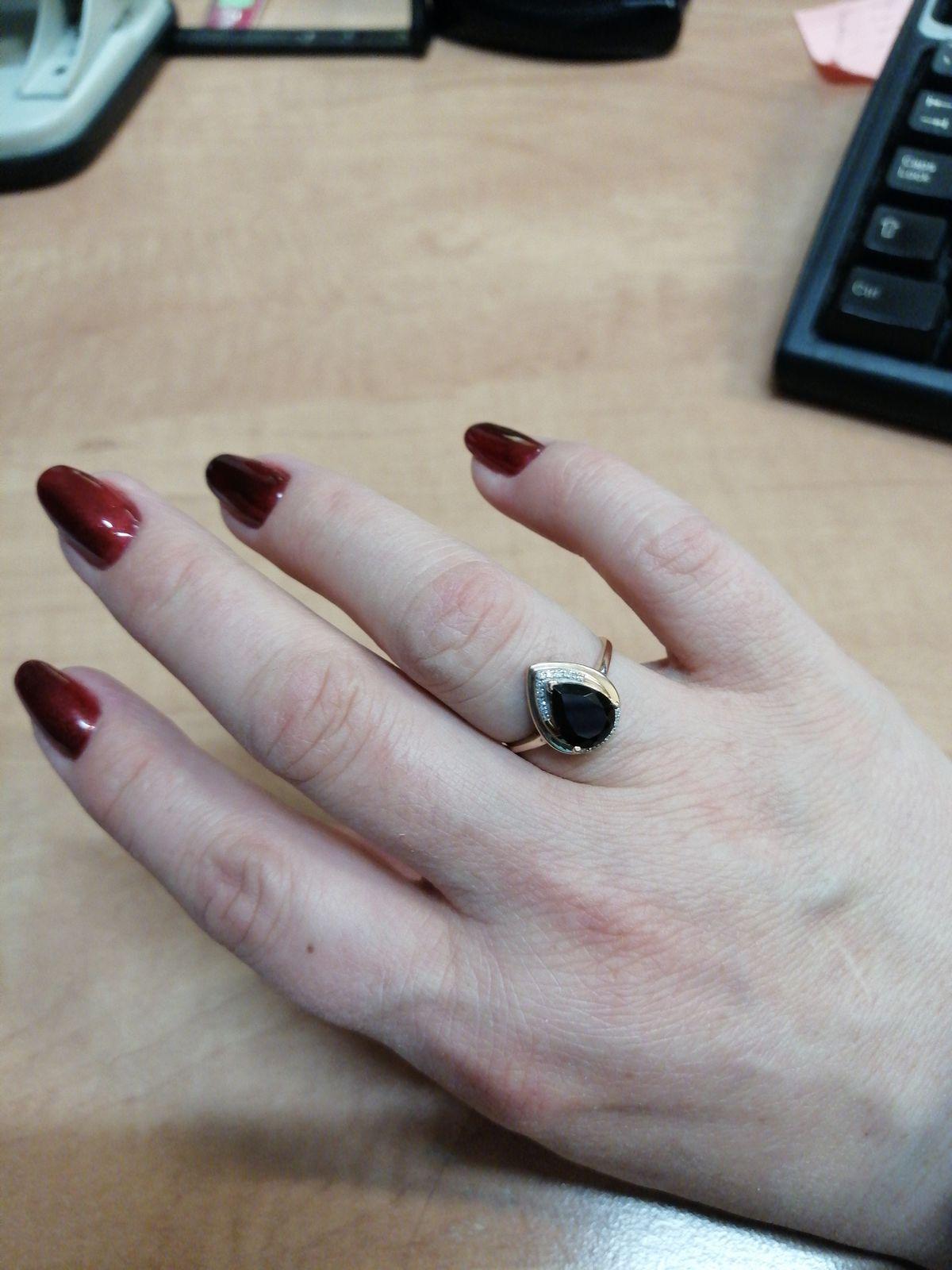 Кольцо смотрится элегантно