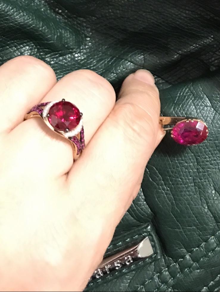 Кольцо с рубином и бриллиантами ! красиво и современно .