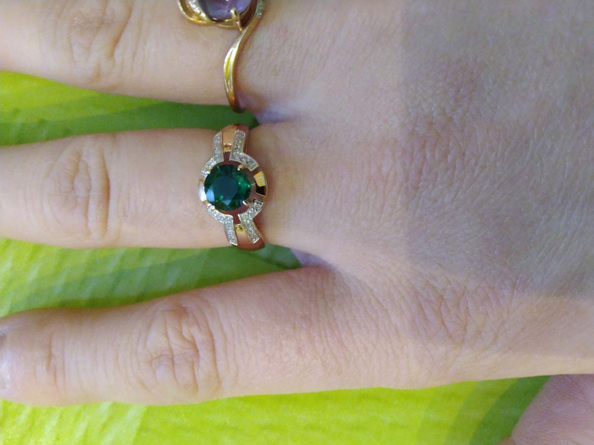 Кольцо с бриллиантом и изумрудом.