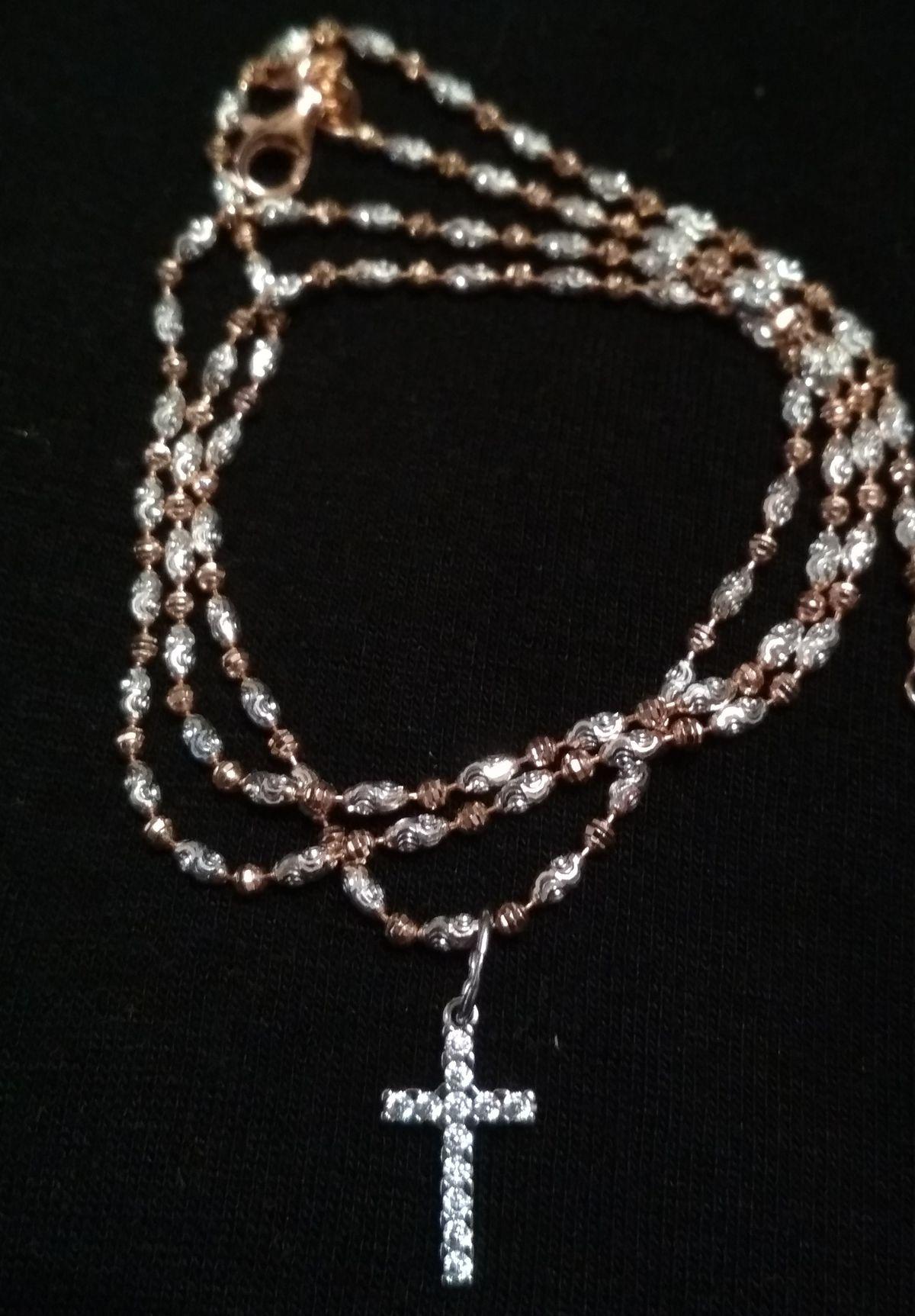 Цепочка с серебряными и позолоченными бусинами с алмазной огранкой.