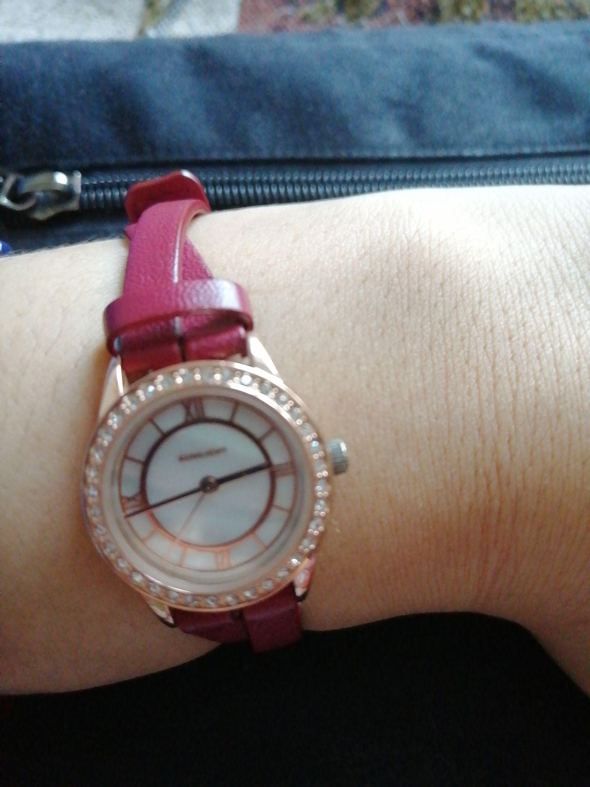 Часы бордового цвета