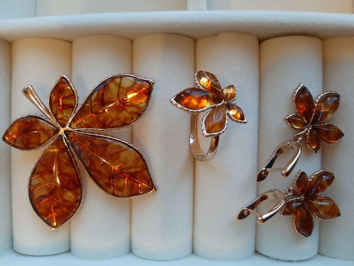 Очень красивая брошь, подчеркивающая красоту янтаря
