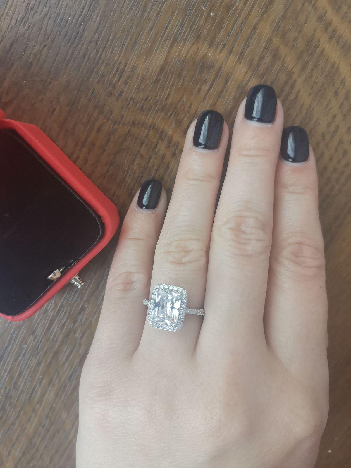 Кольцо с большим фианитом.