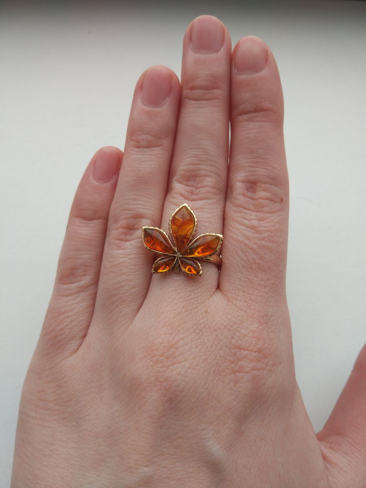 Кольцо янтарный лист