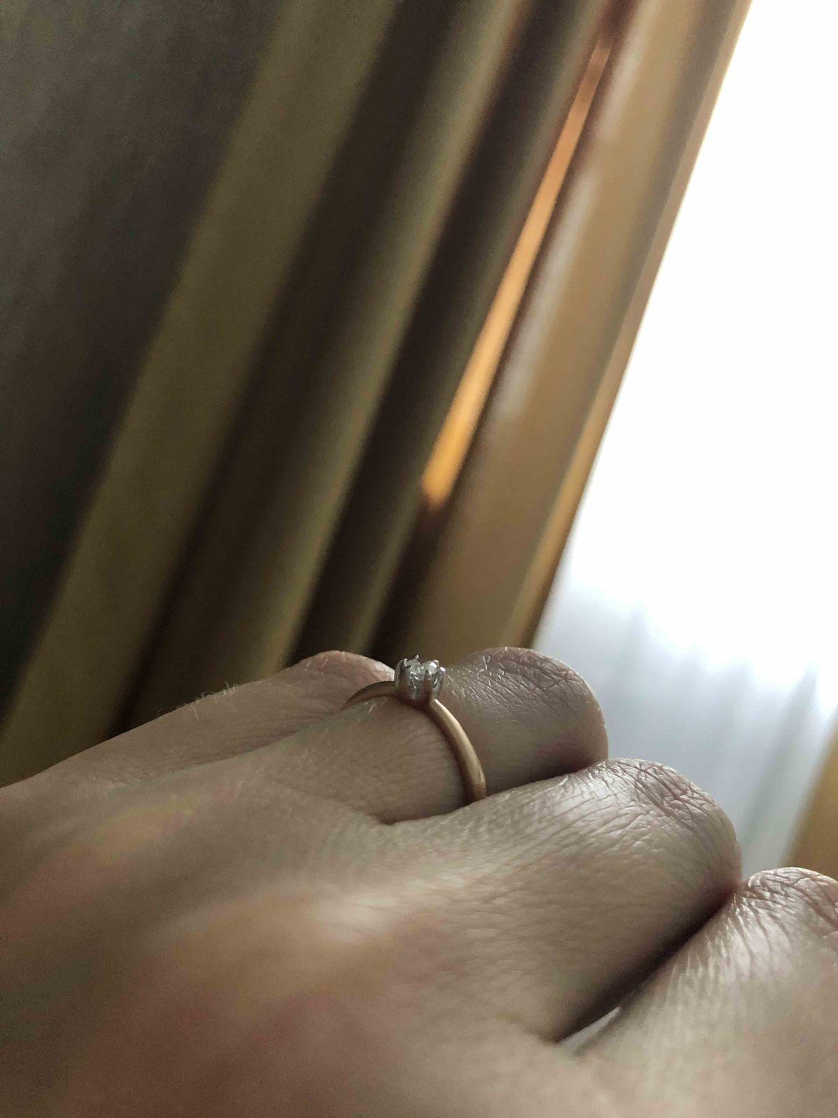 Муж сделал подарок на 8 марта. колечко очень красивое, нежное, я очень рада