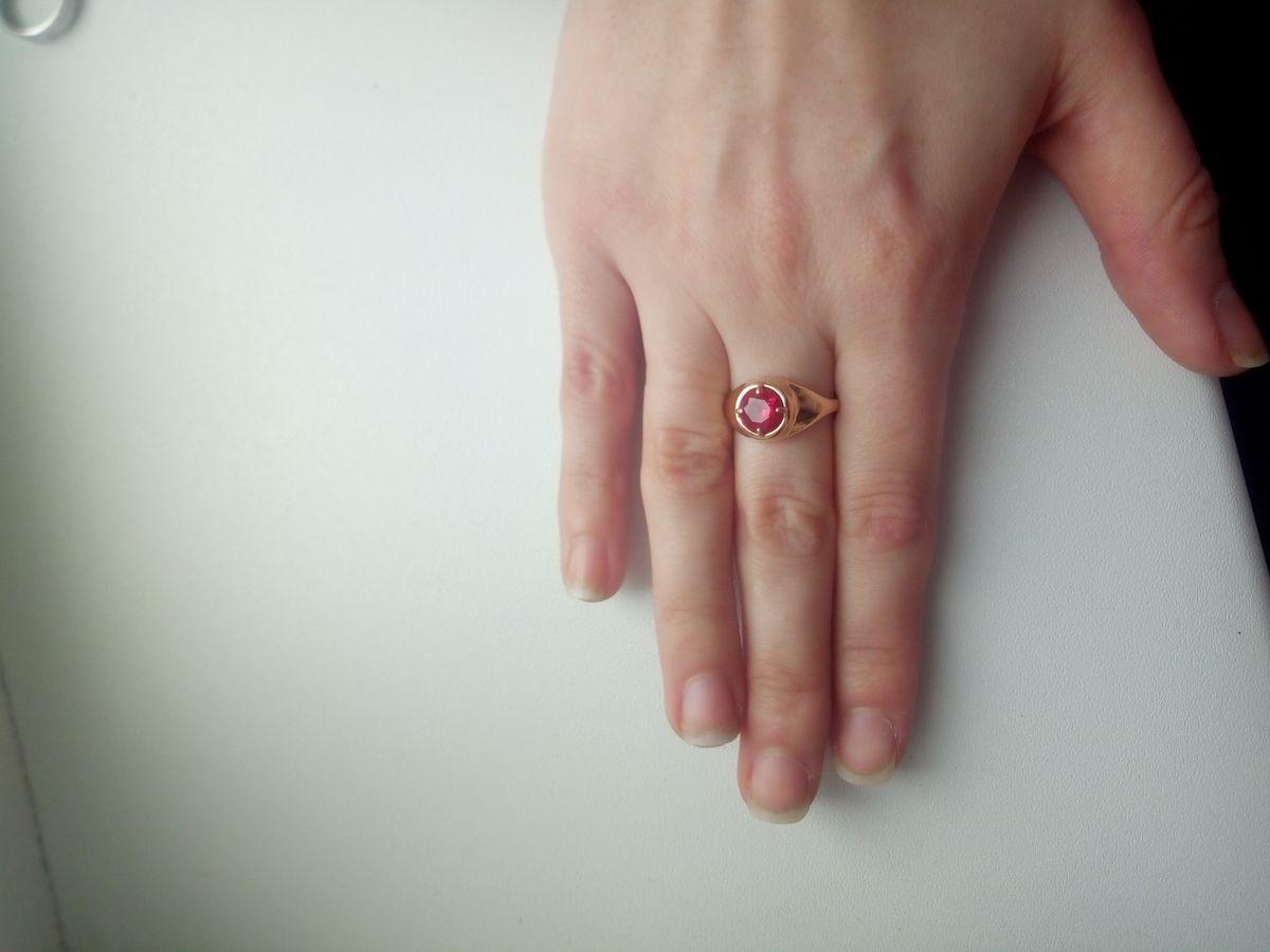 Красивое кольцо с рубином.