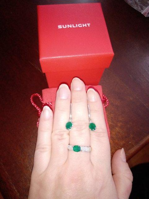 Отличное кольцо с сочным зелёным камушком!