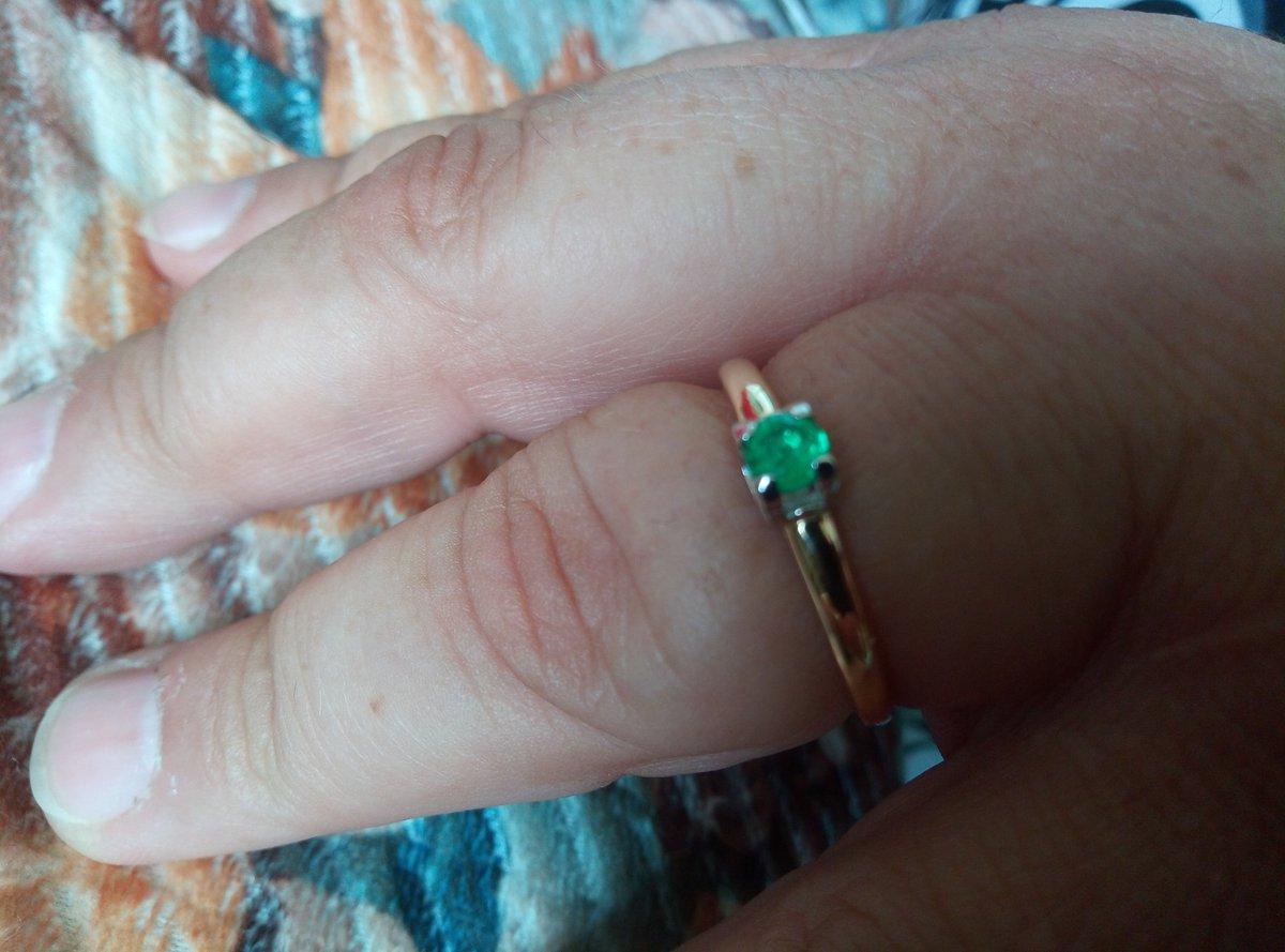 Прелесть, просто частичка весны на руке... солнышко и нежная зелень.