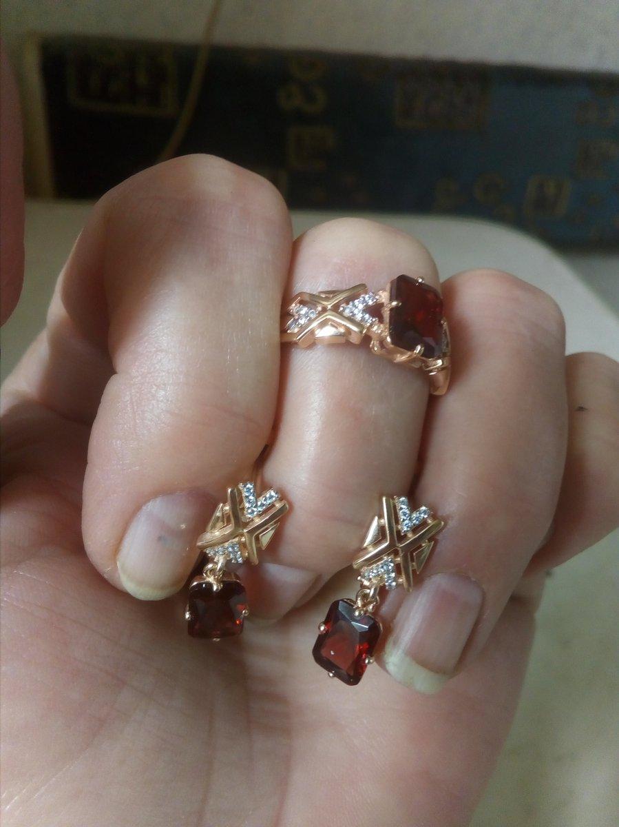 Серебряные серьги и кольцо с позолотой. Вставка гранаты и фианиты. Супер!