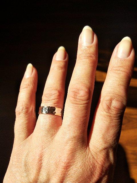 Брала кольцо как дополнение к венчальному.