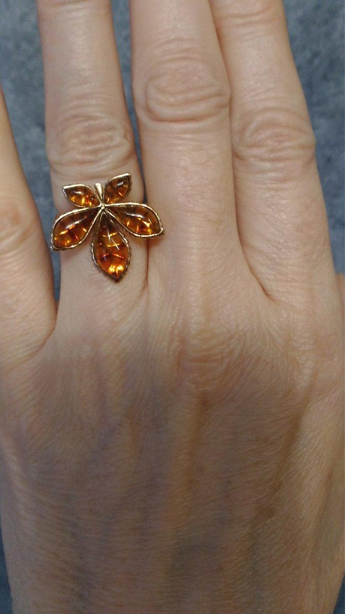 Милое колечко,красивый цвет янтаря.Летом,весной будет радовать.