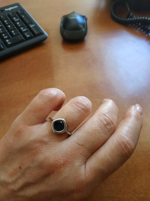 Кольцо смотрится хорошо,цвет каменя красивый, глубокий.
