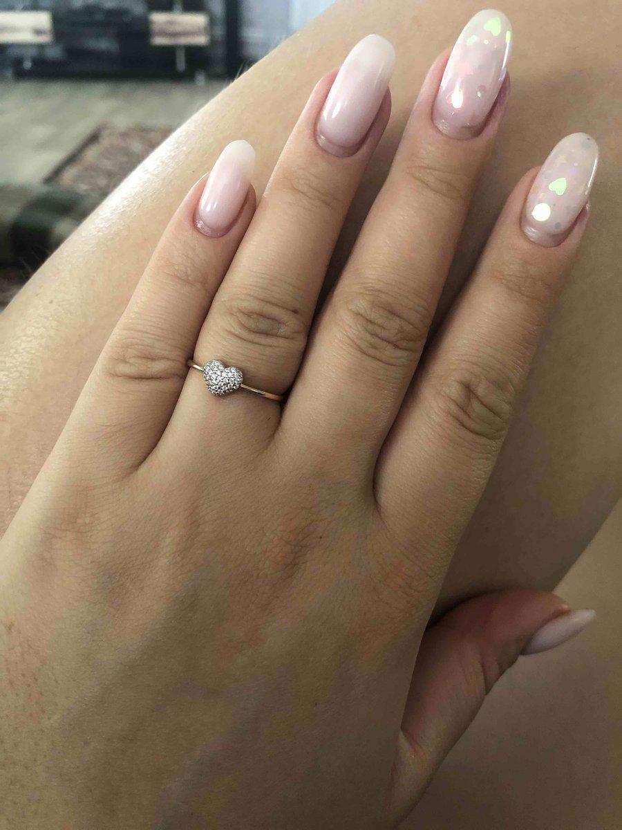 Золотое кольцо с фианитами в форме сердца доставил курьер в срок