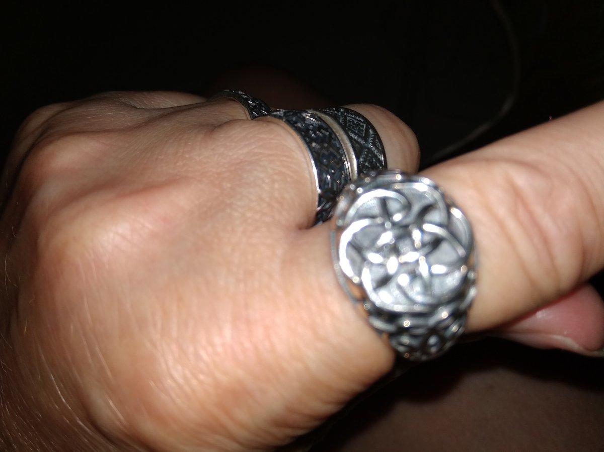Узел защиты красивое крупное кольцо, напоминает печатку.