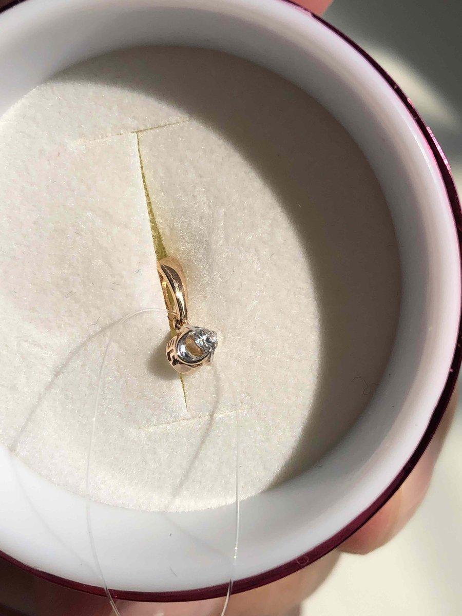 Золотая  повеска с бриллиантом