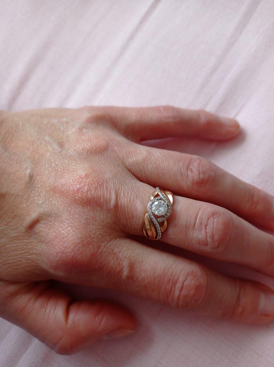 Изящное, мерцание камня придает нежность любой руке.Воздушное и объемное