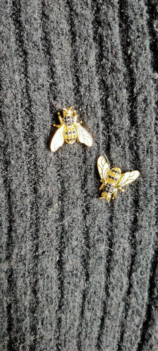 Серебряные серьги в виде пчёлки.