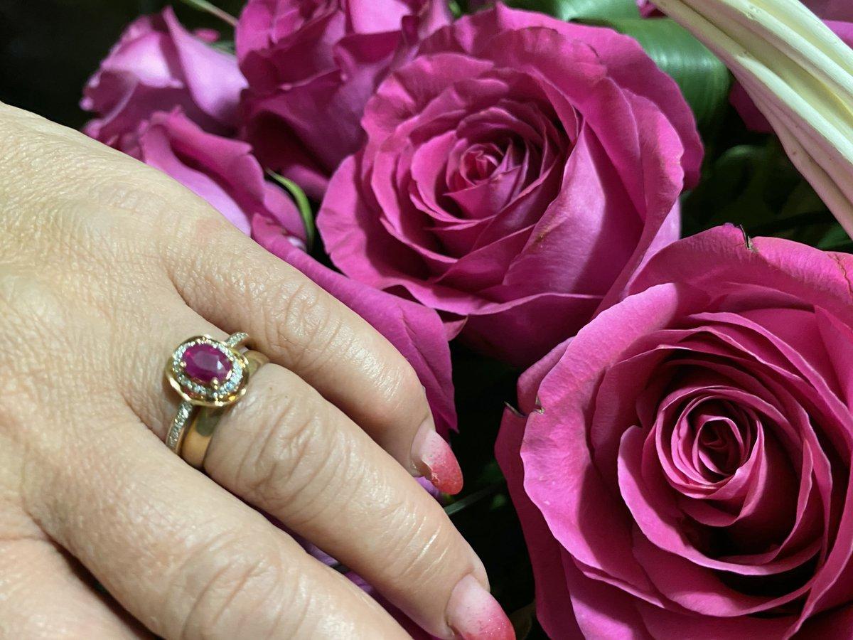 Элегантное кольцо с натуральным рубином в обрамлении сияющих бриллиантов!