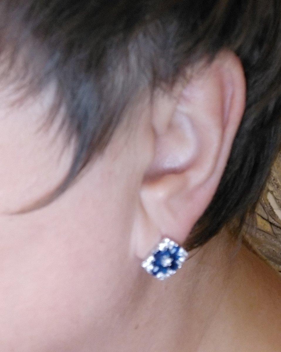 Серьги ромбовидной формы с фианитами и синим иск. кварцем.