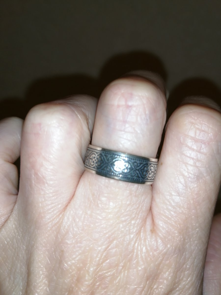 Качественно выполненное серебряное кольцо с красивым орнаментом и молитвой.