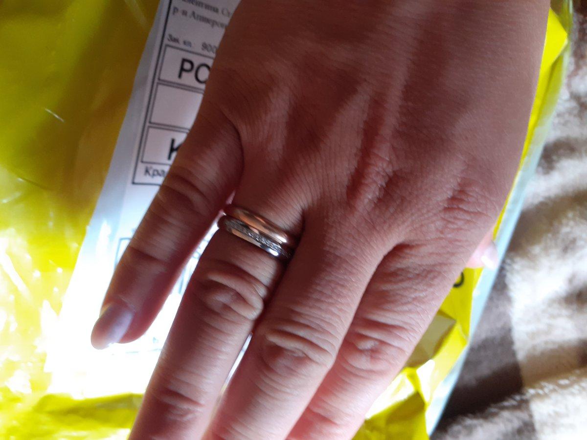 Очень красивое кольцо на солнышке блестит мы очень довольны и курьером ....