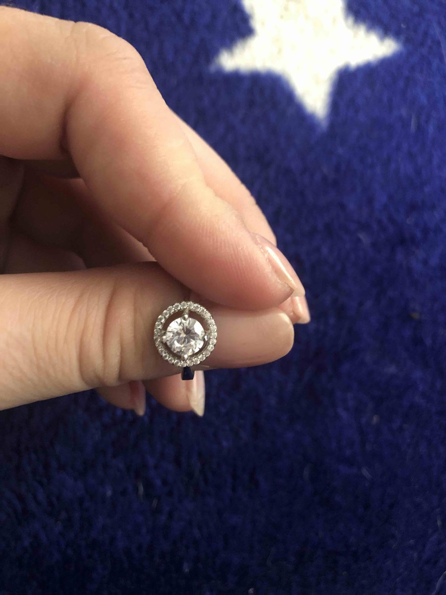 Красивое, изящное колечко, очень симпотично смотриться на пальчике