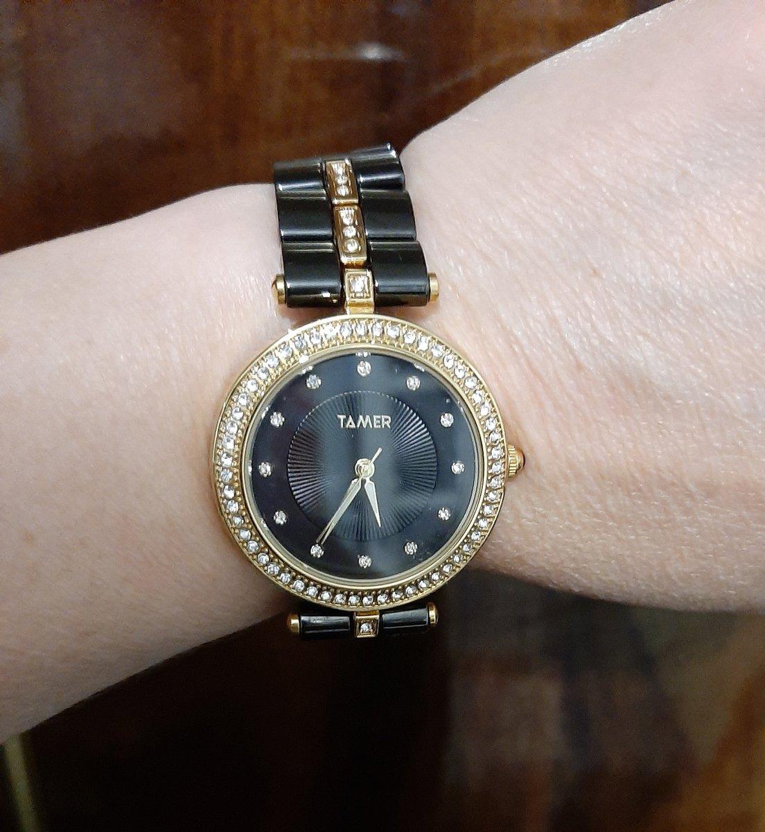 Женские часы на керамическом браслете.