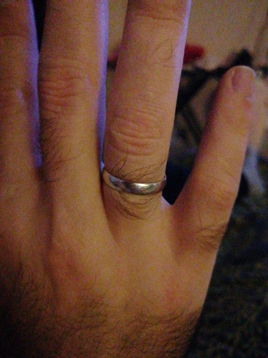 Классические кольца из белого золота сейчас редкость