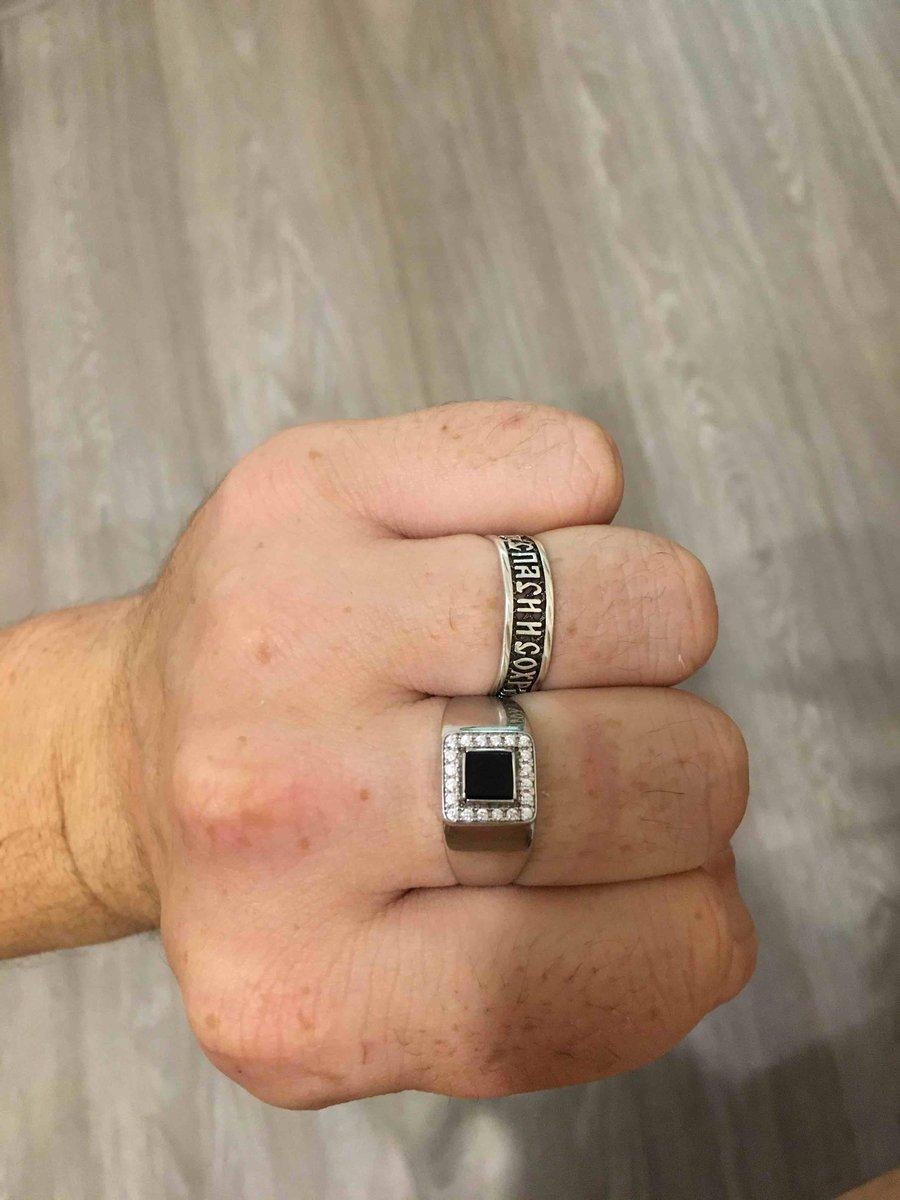 Серебряное кольцо очень шикарное для настоящих мужчин хорошо сидит.