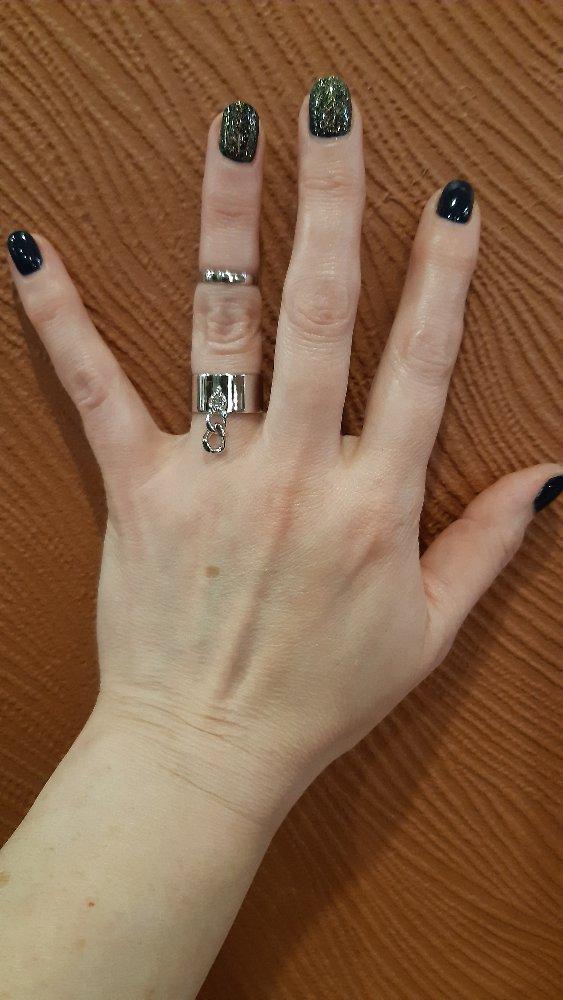 Широкое кольцо с цепочкой.