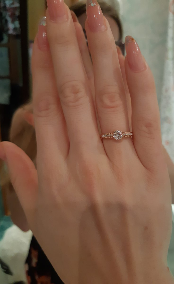 Покупали кольцо на помолвку.