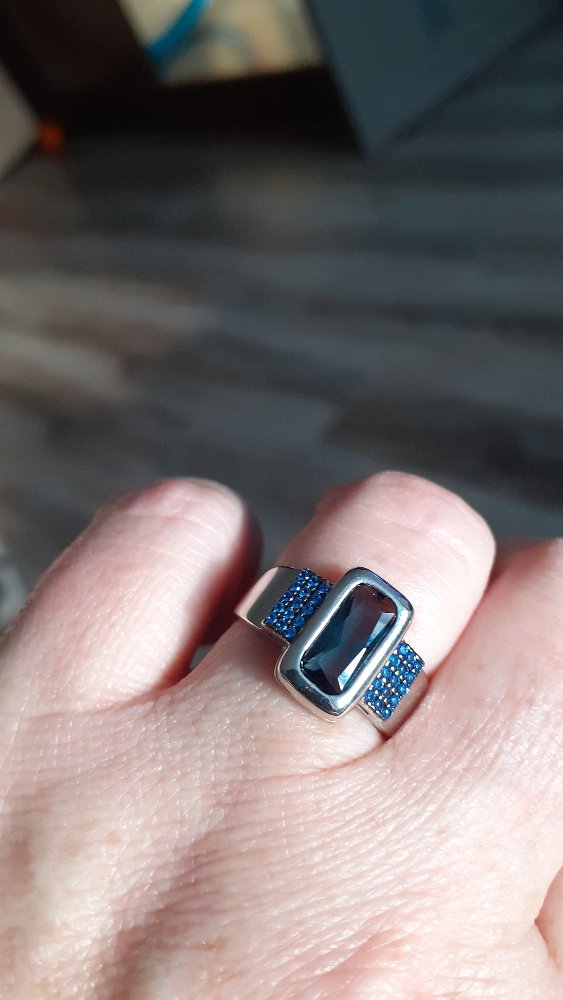Кольцо с наносапфирами и топазом.