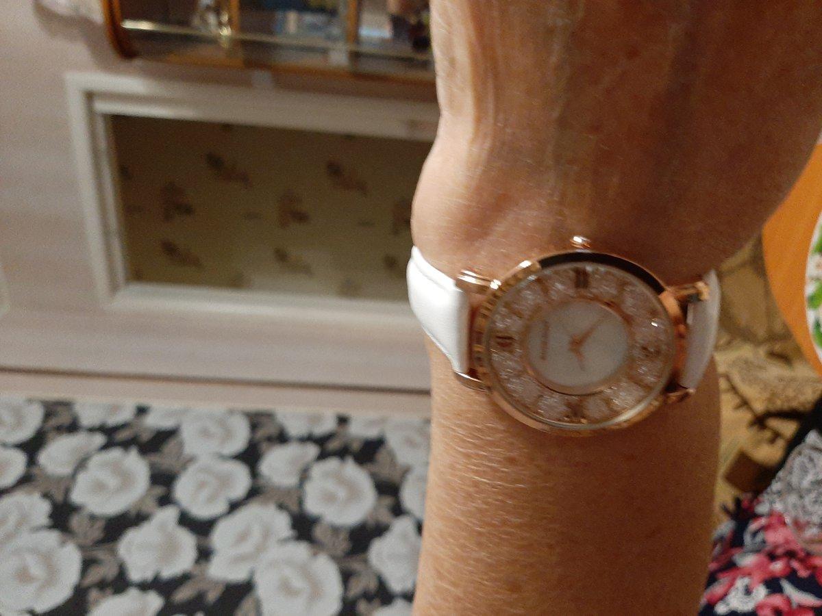 Часы кварцевые,с белым ремешком.