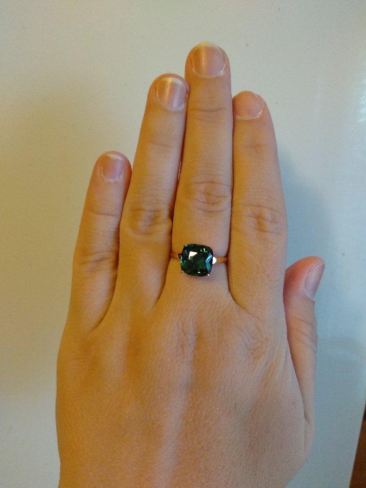 Роскошное кольцо для ценителей зелёных полудрагоценных камней