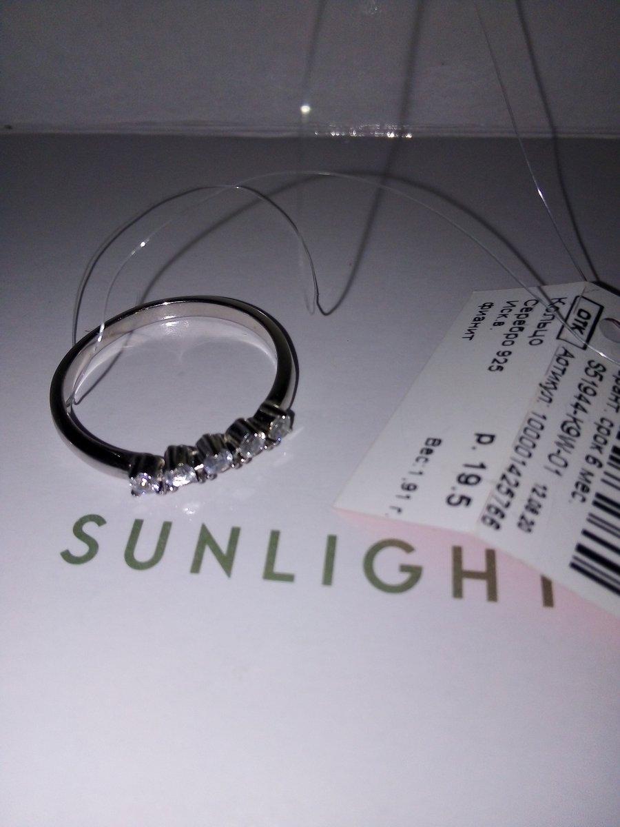Тонкое серебряное кольцо с пятью фианитами.
