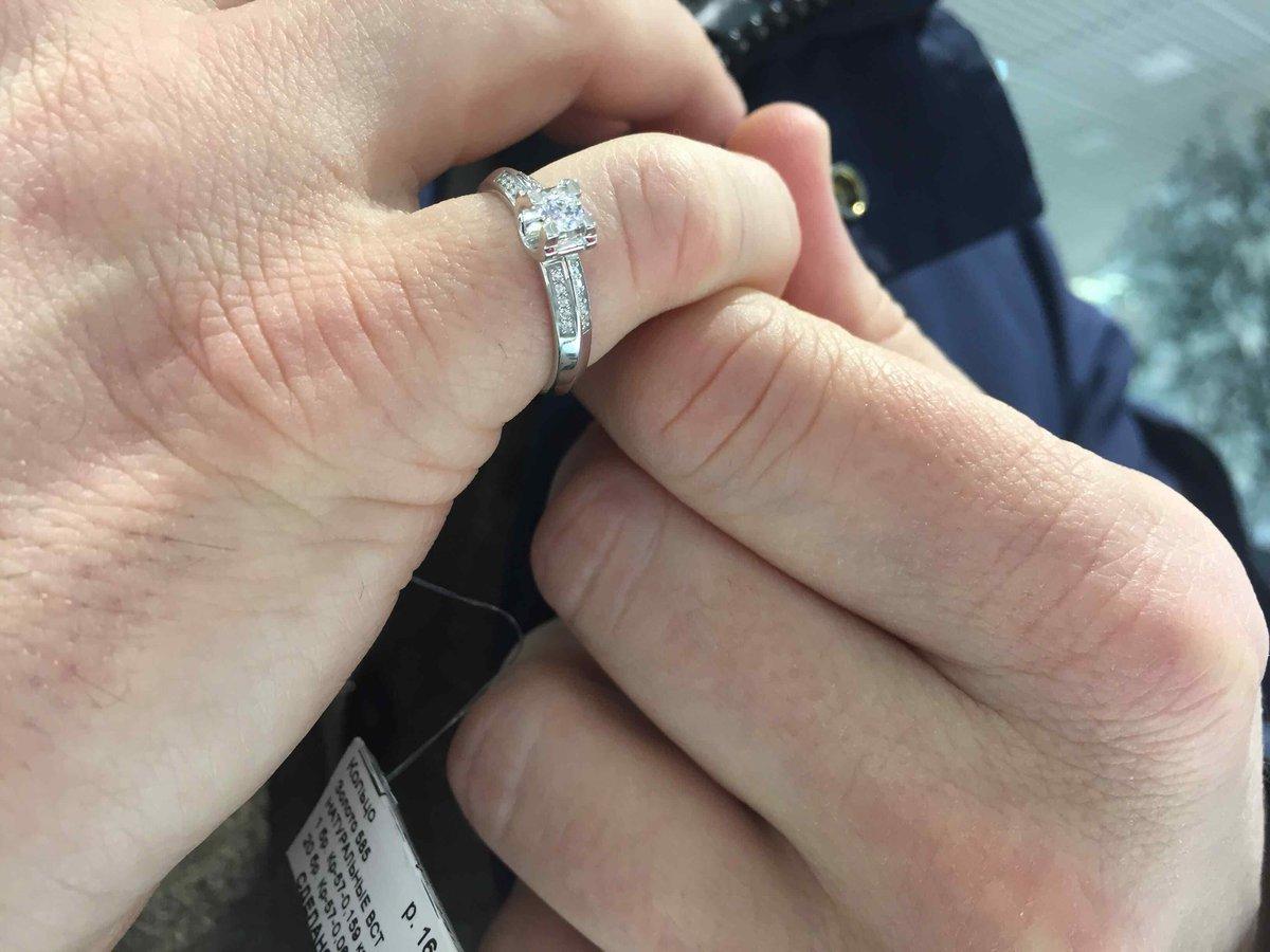 Кольцо с брилиантом