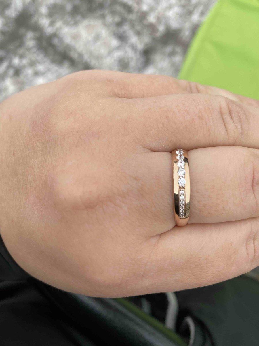 Изящное кольцо усыпаное камнями