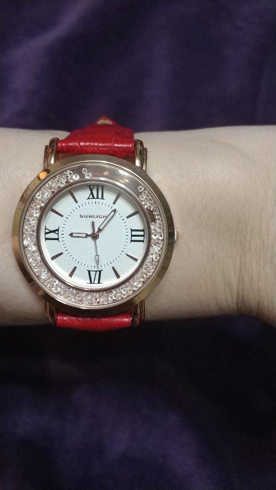 Часы с кристаллами на красном   под клродила ремешке