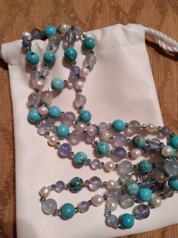 Шейное украшение с олпанитом, флюоритами, говлитами и жемчугом.